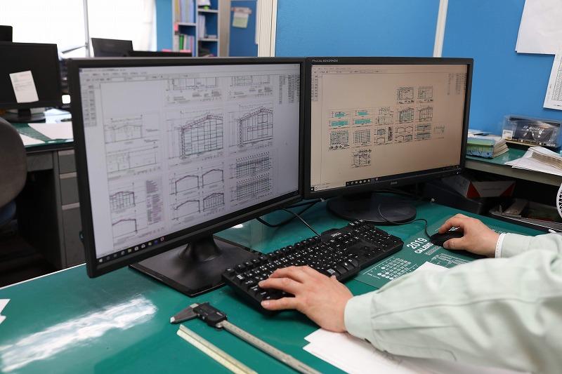 製造部事務所では、建築士の構造計算・設計を基に、加工図面や施工図面をCADを使用し作成しています。