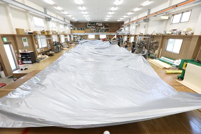岐阜県下最大級の縫製工場を整備し、超大型案件のテント生地製作にも可能です。