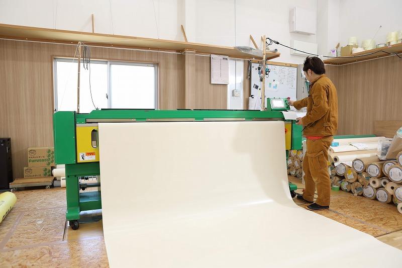 専用の大型裁断機によりテント生地を規定寸法に合わせて裁断しています。